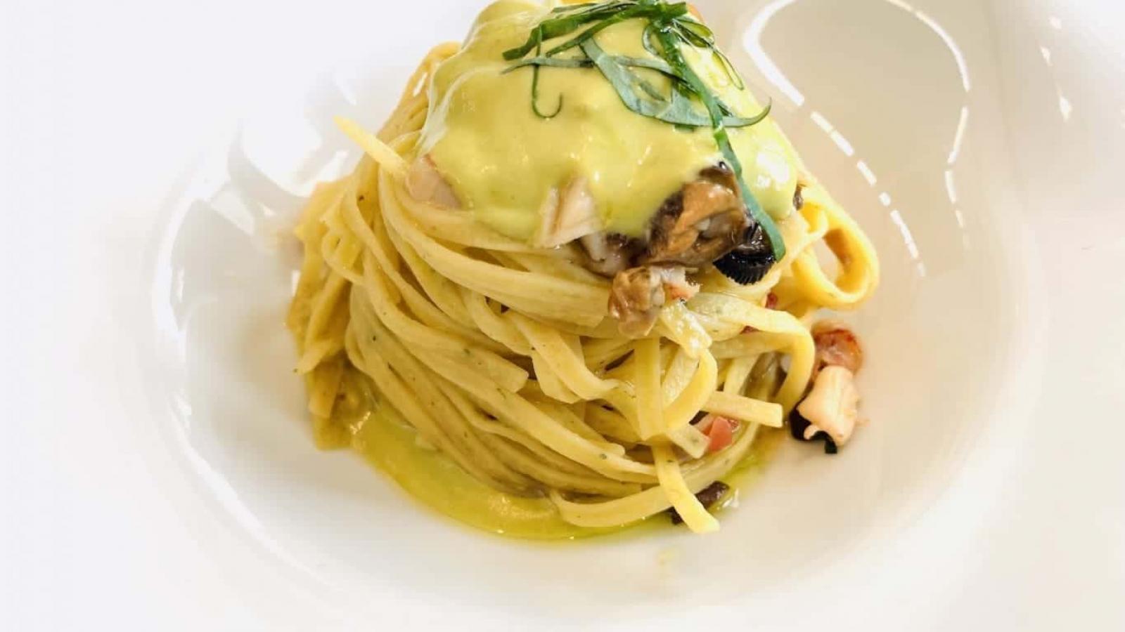 Tagliolini all'aneto con dentice, vongole, astice e salsa al pistacchio al Calandrino-min