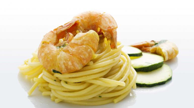 spaghetti con gamberetti e zucchine