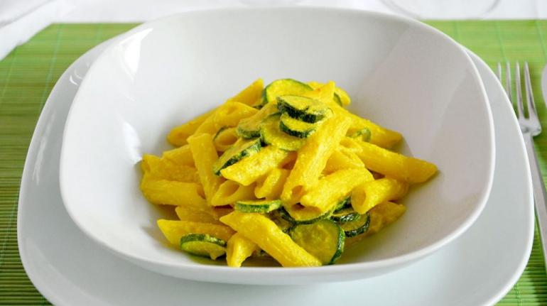 Penne-ricotta-zucchine-e-curcuma