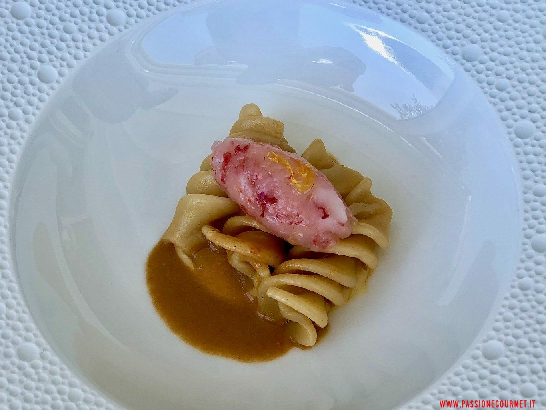 Fusillone riccio di mare, crema pasticcera salata e gambero crudo.
